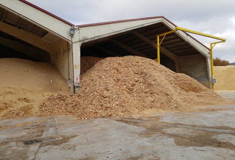 Drying of sawdust and woodchips on a belt dryer